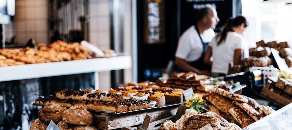 Etalage de viennoiseries et de pains