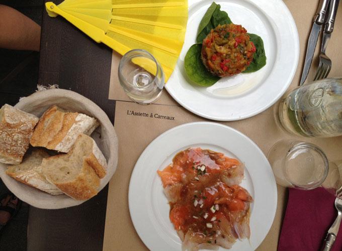 dejeuner les petits carreaux avec méchouïa de thon au miel et coriandre, soupe de fraises au basilic