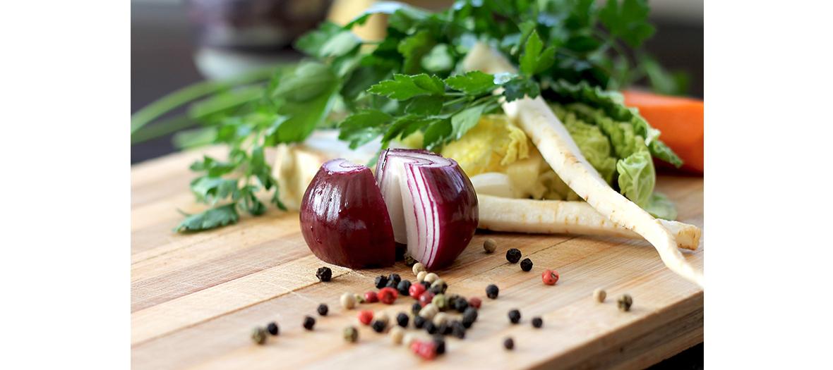 Planche de légumes et de condiments