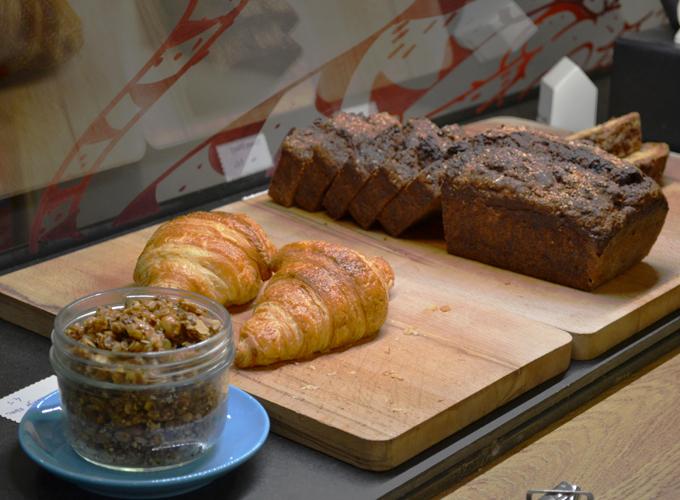 granola mixé à du fromage blanc, cake à la banane démoniaque et croissant du Café Telescope