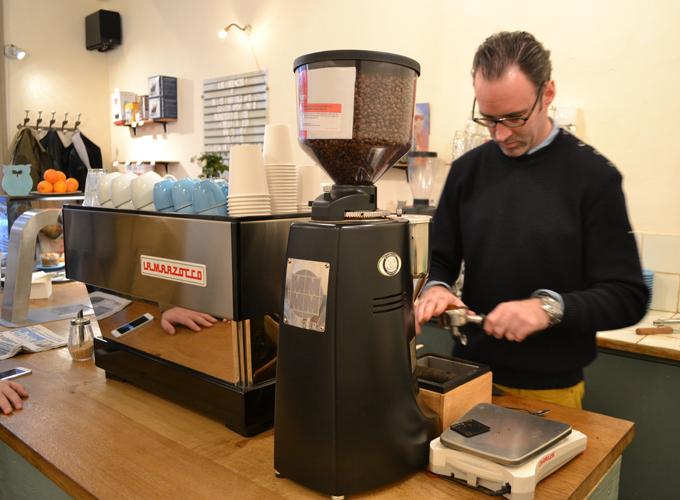 Nicolas le barrista avec machine à café