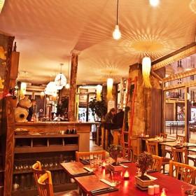Interieur de la table boisée chez John Weng et son decor design et traditionel