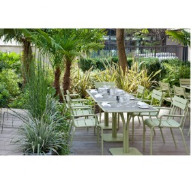 The outdoor protected terrace of the Blind Bar and its super green decor
