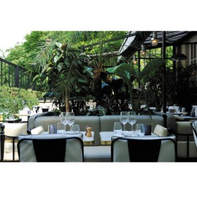 Terrasse avec presentation de la table de La Gare et ses canapés et fleurs