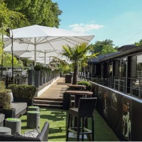 Terrasse verte et boisée du River Café a coté de la Seine
