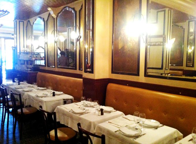 Décoration intérieure à l'ancienne avec banquette du petit lutetia à paris