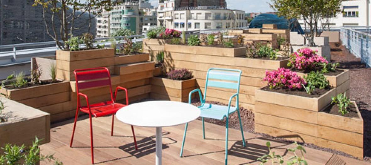 Un Barbec De Luxe Canon Sur Le Roof Top De Molitor