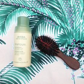 Le shampoing sec : l'arme fatale anti cheveux sales