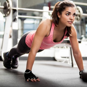 Jeune fille en train de faire du gainage