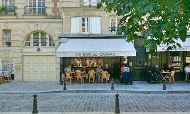 Tartines et rosé sur la terrasse du Bar du Caveau