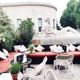 Siroter Du Rose Sur Une Terrasse Comme En Provenceprinc