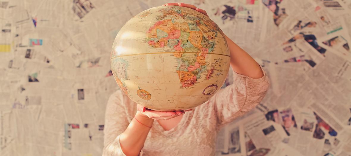 Femme tenant un globe