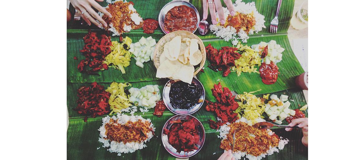 Nourriture indienne sur feuilles de bambou