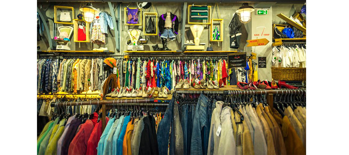 Portants de vêtements dans une boutique Kiloshop
