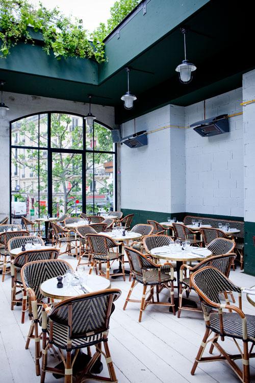 Intérieur du restaurant avec toit ouvert