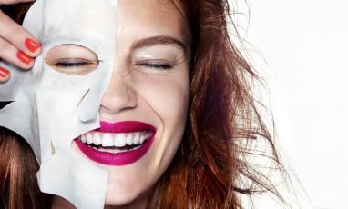 Femme portant un masque de soins