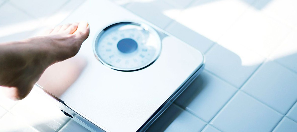Pied sur un pèse personne