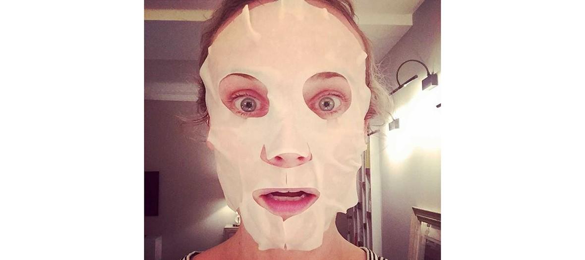 Diane Kruger portant un masque de soin en tissu