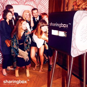 It girls devant une borne photobooth Sharingbox