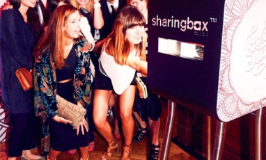 It girls devant une borne photobooth Sharingbox
