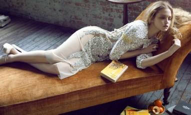 Fille allongée sur un sofa avec un livre