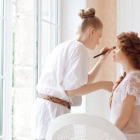 Coupe, mèches, lissage brésilien, brushing, épilation, manucure, soin du visage, maquillage à Domicile avec Wecasa