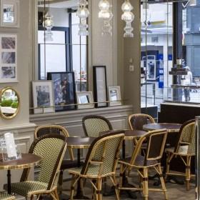 Ambiance interieur et Décoration du Salon de Thé Michel Cluizel avec des tableaux, chocolats, caramels, pralinés