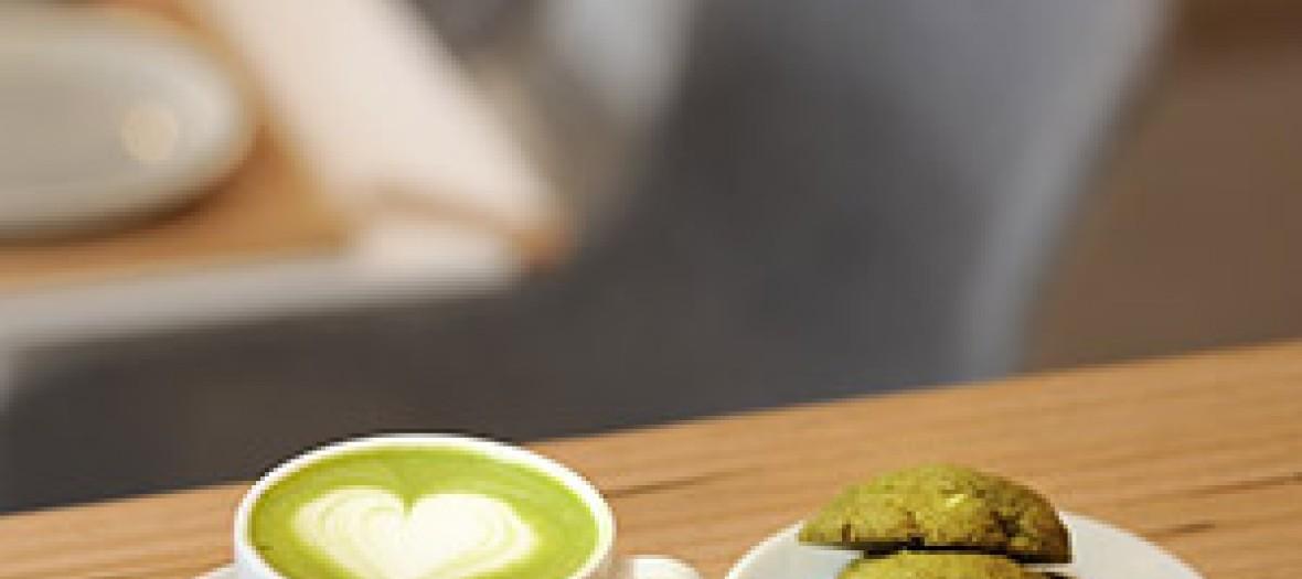 tasse de café avec du matcha et des cookies