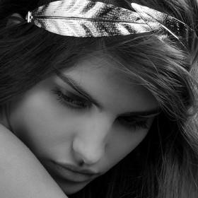 Jeune fille portant un bijou Les Cerises sur les cheveux