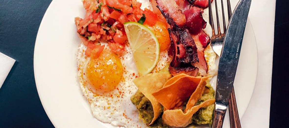 brunch à l'américaine avec oeufs et bacon