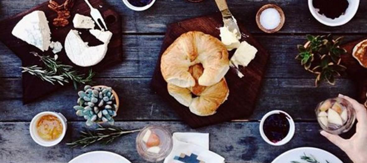 Brunch croissants pain oeufs