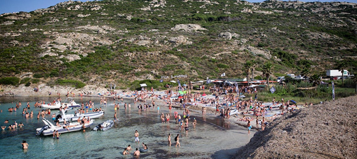 personnes sur la plage de villa schweppes en corse
