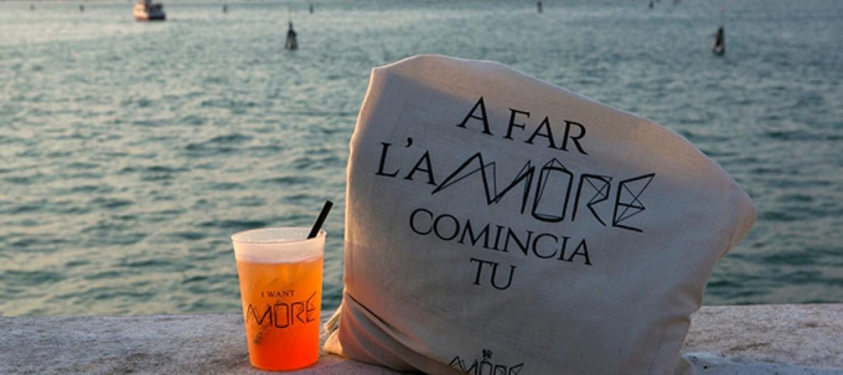 sac more festival et verre de spritz devant la mer