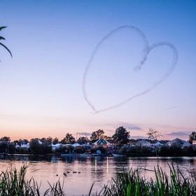 coeur au dessus d'un lac
