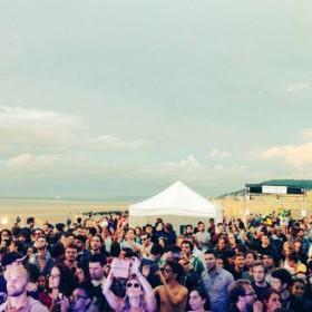 personnes devant une scène sur la plage de cabourg