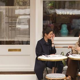filles en terrasse du holiday cafe