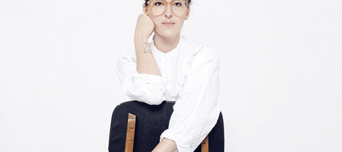 letitia guerinie la creatrice de lei 1984 assise sur une chaise