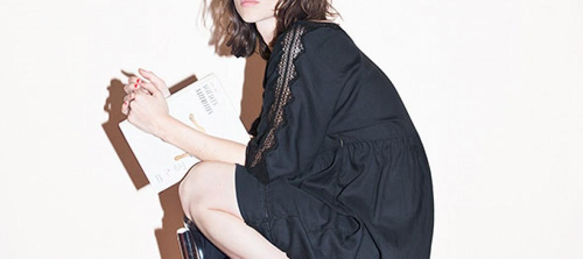 Modele Lei 1984 portant la robe Germaine noire