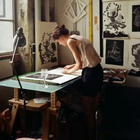 Fille travaillant dans un bureau de designer