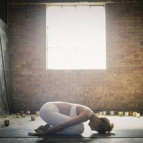 Fille pratiquant le yoga dans un immeuble