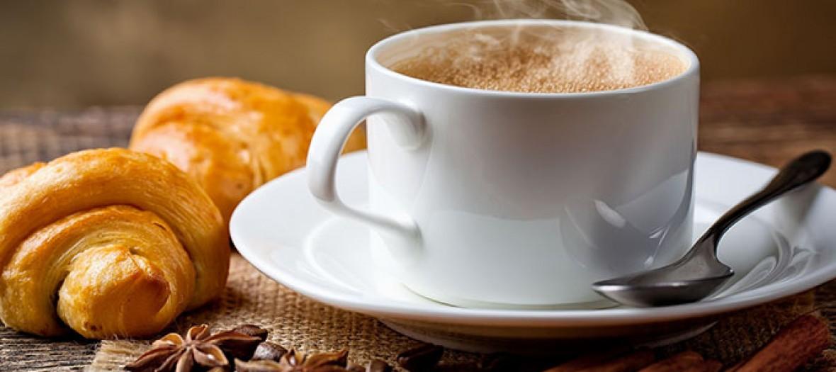 café fumant et croissant au beurre