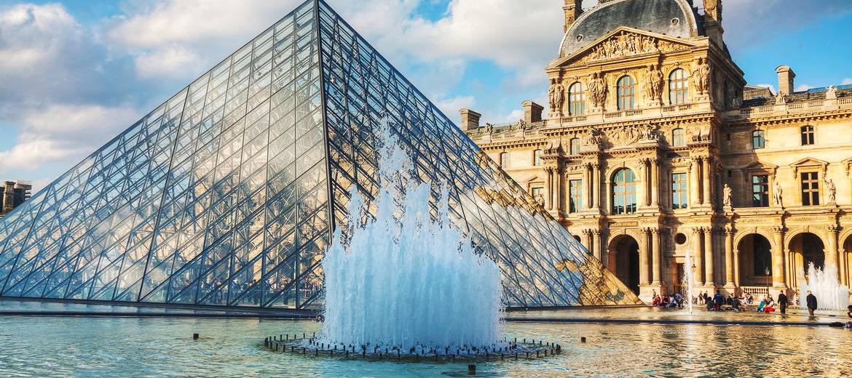Le Musée du Louvre de Paris au Soleil
