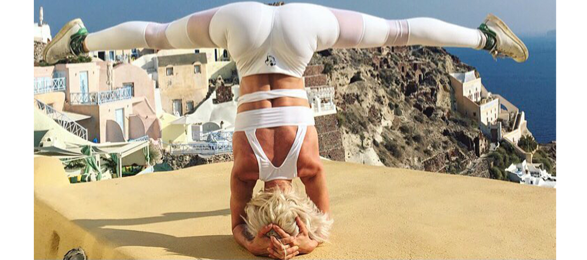 Aria Crescendo faisant du warrior yoga