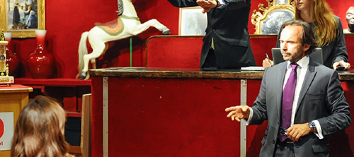 Commissaire priseur à une vente aux enchère à Drouot