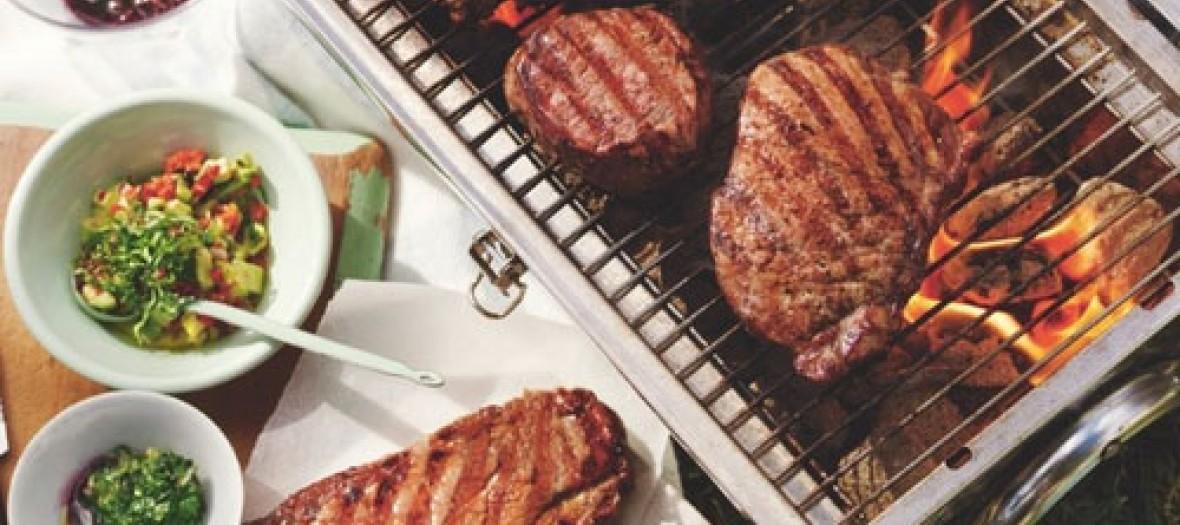Pique nique avec des grillades sur un barbecue