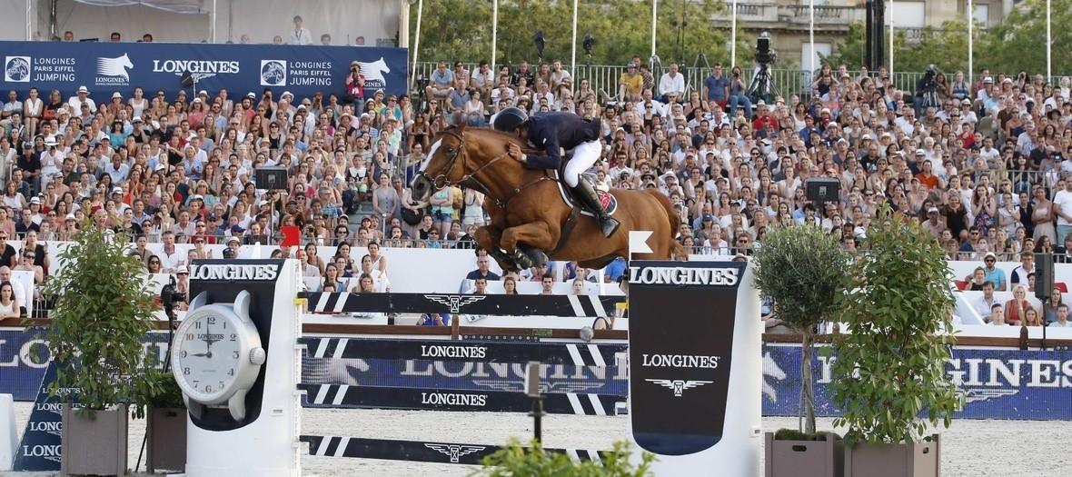 Cheval sautant une barrière au prix Longines