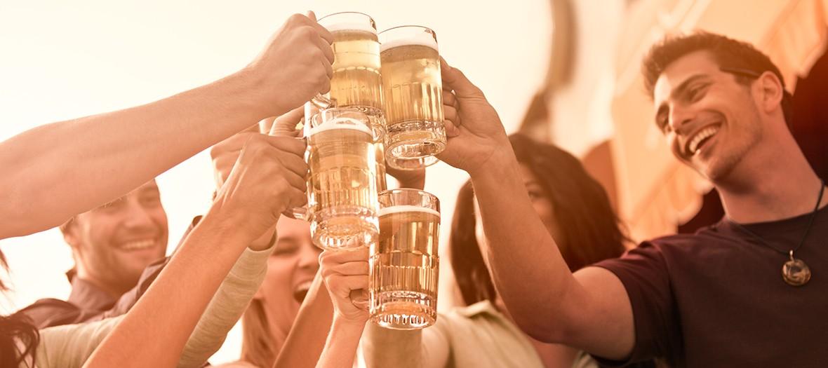 Amis trinquant à la bière