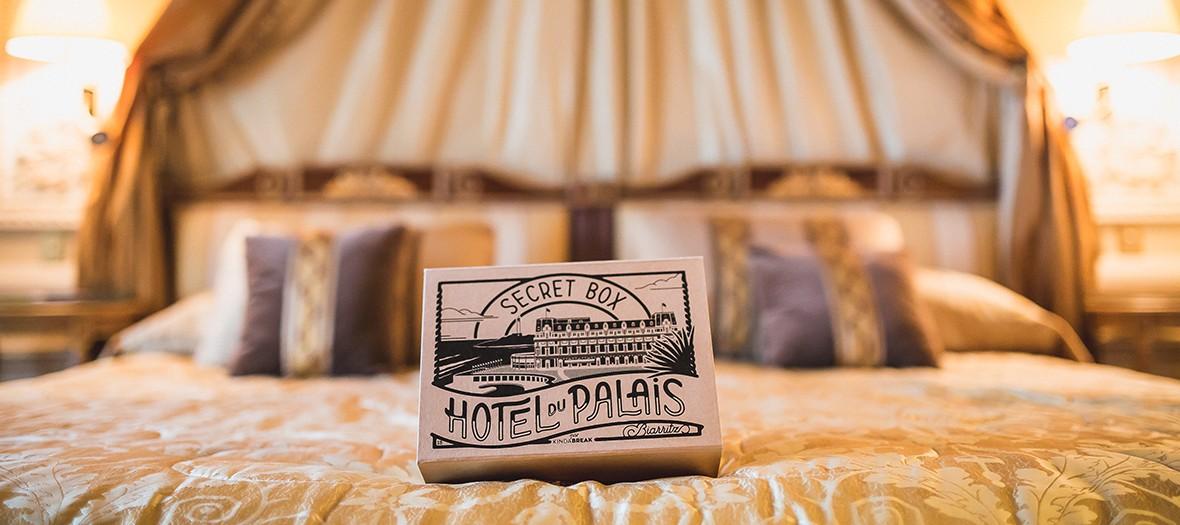 Box sur un lit de l'Hôtel Biarritz