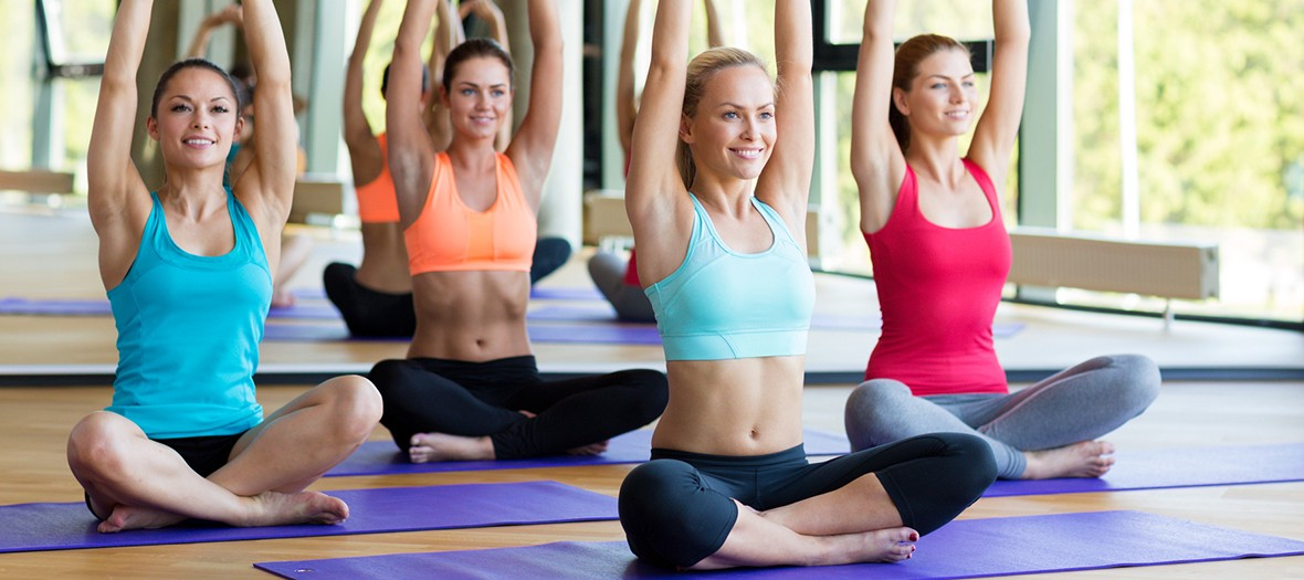 filles qui font du yoga