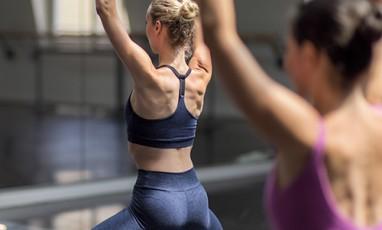 jeune fille faisant de la barre de danse